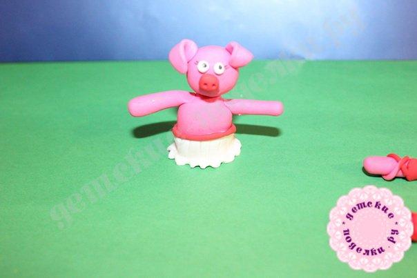 Символ года свиньи из пластилина